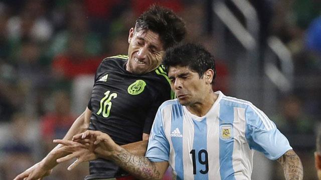 BIEN ARRIBA. Lucha aérea entre Herrera y Banega. El volante argentino ocupó una posición similar a la que ocupa en Sevilla. Su rendimiento fue irregular y mejoró cuando llegaron los cambios.