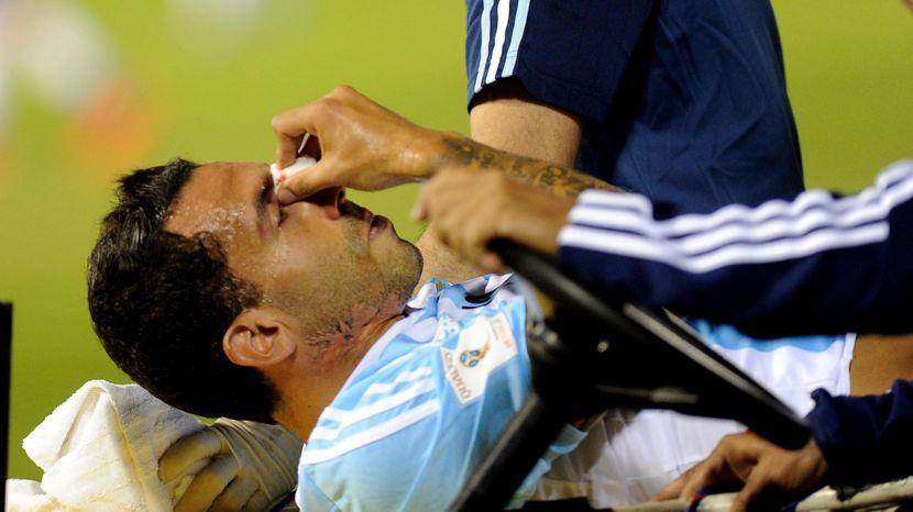 CODAZO. Carlitos Tevez es retirado para ser atendido. El golpe de Victor Caceres merecia penal y expulsión, pero, como otras tantas cosas, el flojo árbitro Cunha no vio nada. Tevez hizo un buen partido, pero en la posición en la que él quería, no en la que lo puso Martino.