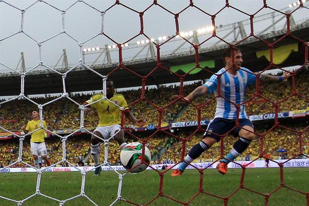 GOL DE TODA LA CANCHA. Lucas Biglia termina la jugada que él mismo había iniciado 70 metros mas atrás. La pelota hizo aduana en Banega, llegó a Lavezzi y Pocho resolvió rápido metiéndola al medio. Allí, llegó Biglia. Argentina ganó 1-0 con este gol y cerró esta serie con una excelente actuación.