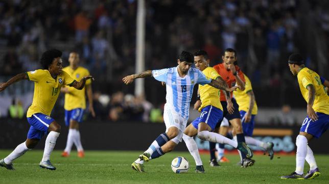 BANEGA CONDUCCIÓN. Willian y Luiz Gustavo quedaron atrás, espera Lucas Lima. Ever Banega construyó una buena actuación, jugando en el mismo puesto en el que es titular indiscutido en el Sevilla. Pudo haber coronado con un gol, pero su derechazo dio en el palo.