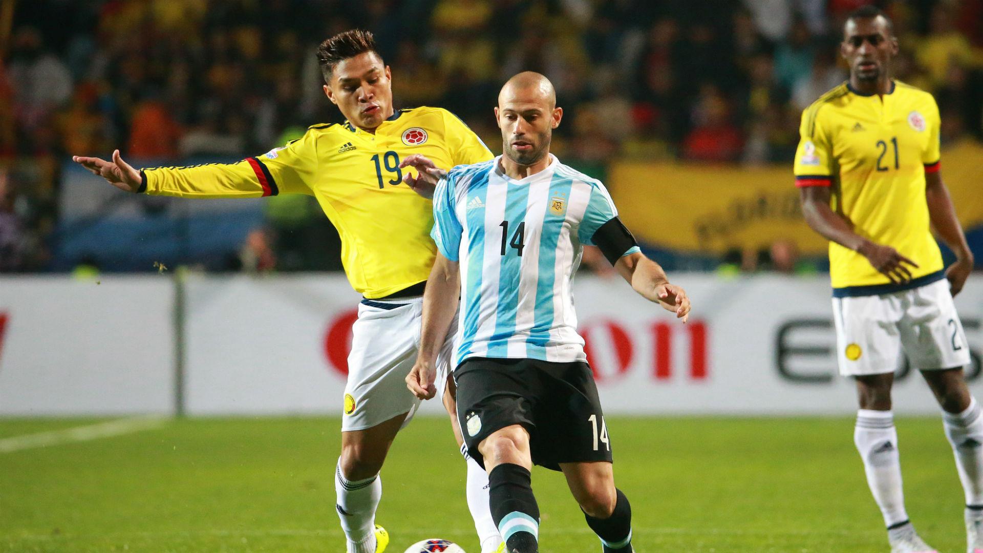 JEFE. Javier Mascherano hizo un partido descomunal. Aquí se apodera de la pelota y llena de impotencia a Teo Gutiérrez, pero, además, jugó y fue imbatible en ese dúo lleno de inteligencia, orden y futbol que forman con Biglia.