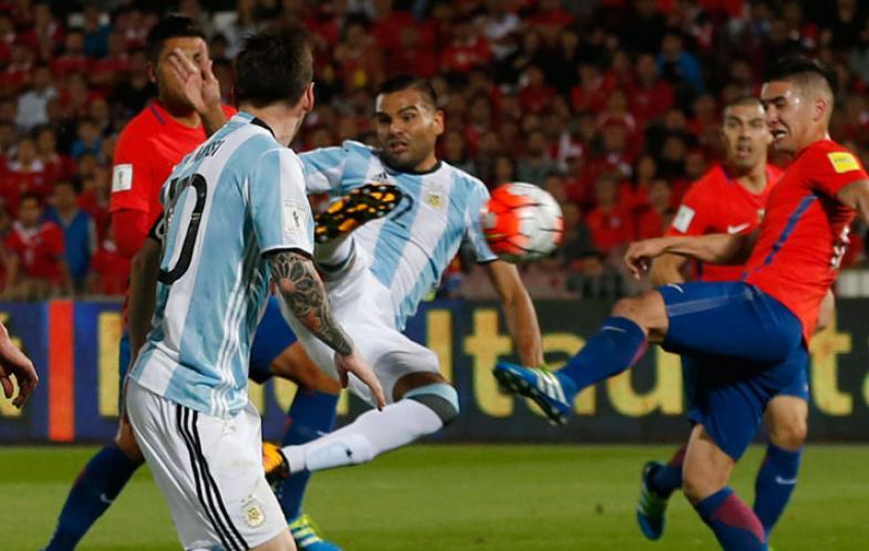 EL TRIUNFO. La pirueta de Gabriel Mercado le pone la firma a una gran maniobra de Leo Messi en un espacio muy reducido. Argentina dio vuelta una historia complicada y, aún con muchos defectos, se llevó tres puntos fundamentales en la pelea por el ingreso al Mundial 2018.