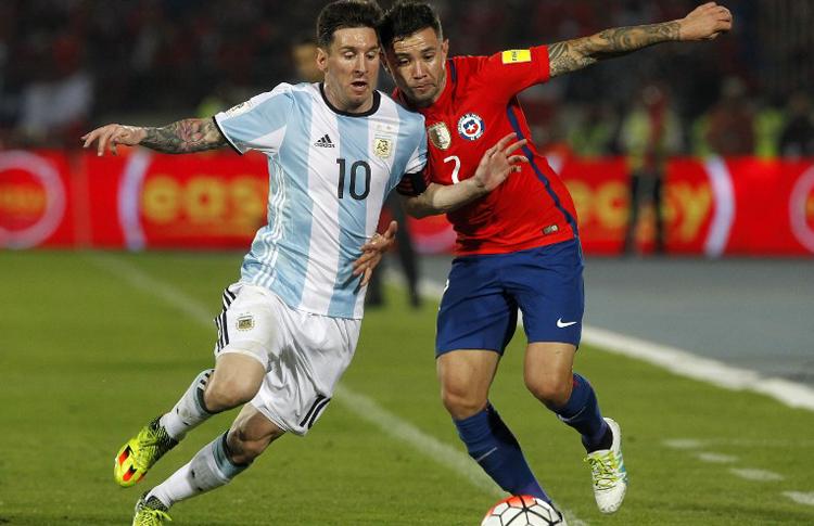 LEO LUCHA. Las subidas de Eugenio Mena fueron un problema sin solución para el equipo del Tata Martino. Messi se dio cuenta en pleno partido y trató de dar una mano, como acá. No es la primera vez que Argentina tiene problemas con jugadores que hacen bien la banda. Es un tema que ya debería estar resuelto.