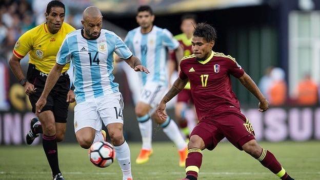 BATALLA PERDIDA. Mascherano fue gran figura en la victoria sobre Uruguay, pero el trabajo de presión que Venezuela hizo en el medio dejó al equipo partido y quedó aislado. Estuvo impreciso y fue superado por los volantes locales. En este caso, por Josef Martinez.