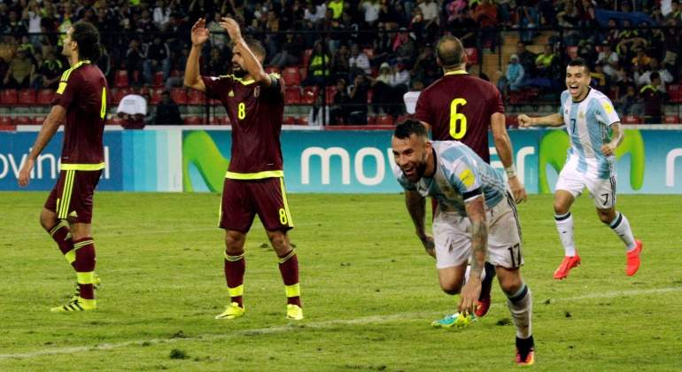 EMPATE. Nicolás Otamendi acaba de vencer al arco venezolano y Argentina logra igualar un partido que estuvo muy complicado. El equipo jugó mal, a partir de individualidades que estuvieron por debajo de su mejor nivel. El zaguero del Manchester City fue lo mas destacado en una actuación pobre.