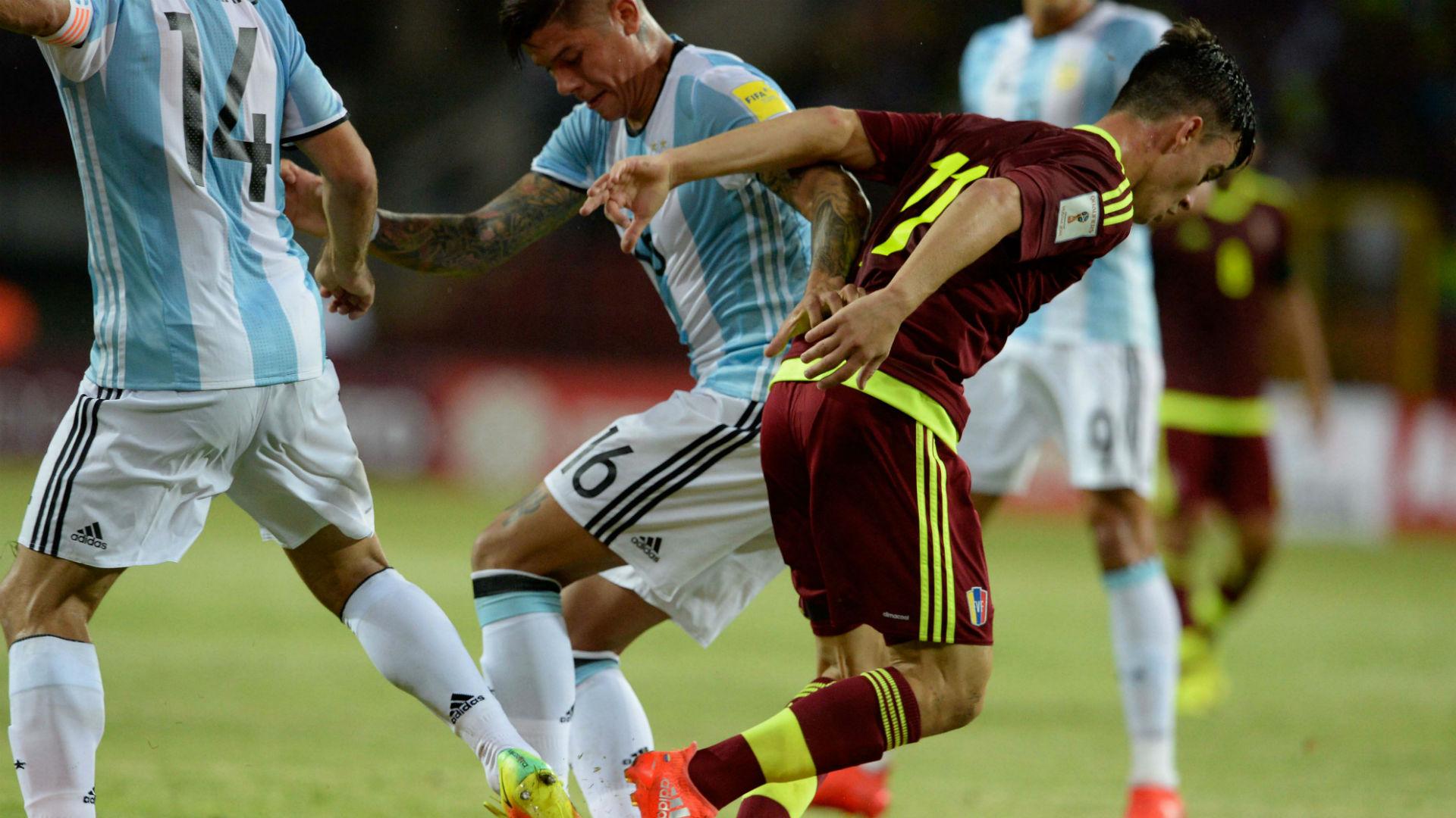 LA PREVIA. De esta disputa entre Juampi Añol y Marcos Rojo, derivará el primer gol de Venezuela. Trabaron, ganó el jugador vinotinto y la clavó de zurda en un ángulo. Era el 1-0 para Venezuela, presagio de una noche difícil para el cuadro del Patón.