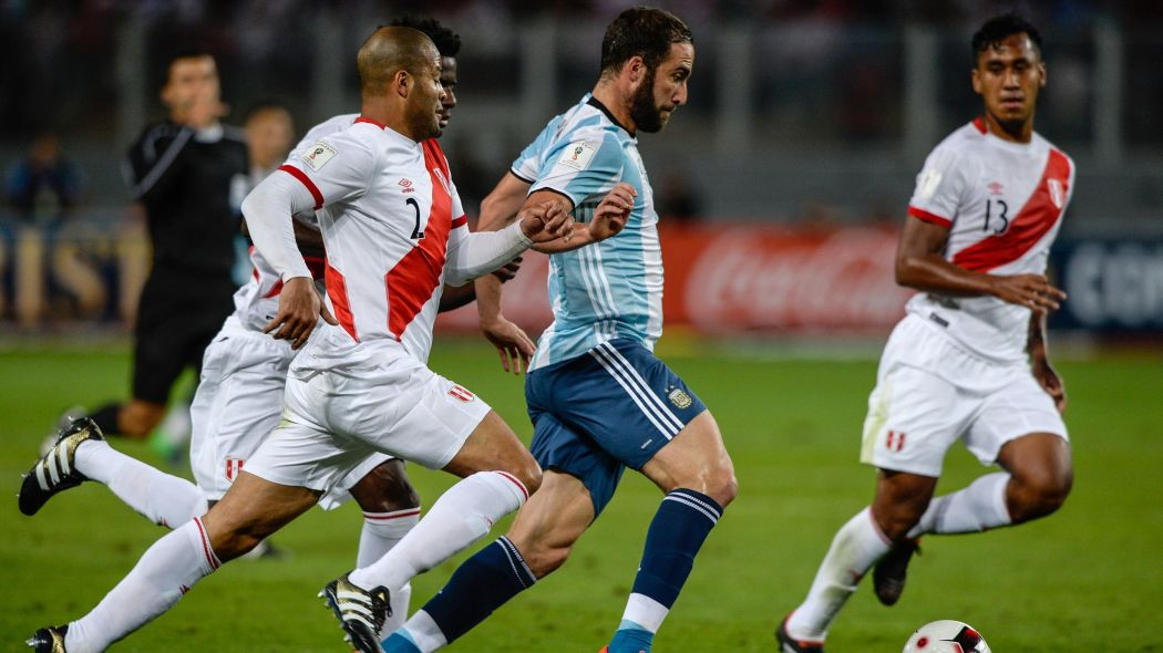 PIPA. Gonzalo Higuaín rodeado de peruanos. La única que le llegó, la metió. Pero en un equipo sin juego, el que más lo padece  es el 9.