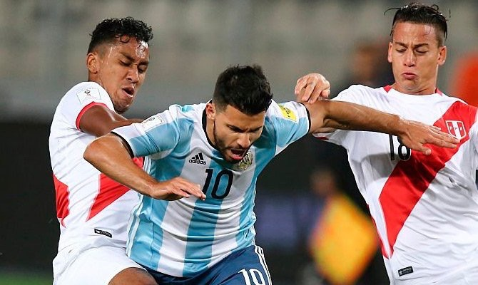 KUN. En el City, Agüero juega como referencia de área. En la Selección, ese trabajo lo hace Higuaín. El Kun es desperdiciado cuando esta detrás del 9. Ahí debe estar Dybala y Agüero tendrá que esperar su oportunidad.