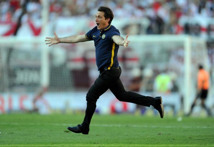 DESAHOGO. Centurión acaba de convertir el cuarto gol de Boca y Guillermo Barros Schelotto estalla en una corrida, un grito y un abrazo con Werner. Boca asegura el resultado. No sólo venció a River: es la tercera victoria al hilo y alcanza la punta del torneo.